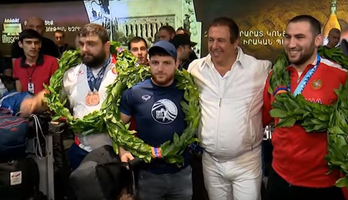 ՏԵՍԱՆՅՈՒԹ. «Սիմոն ջան, 8 ամիս է մնացել Օլիմպիական խաղերի, դու պետք է ինձ խոսք տաս...». Գագիկ Ծառուկյանն ու մարզասերները դիմավորել են հաղթանակով Երևան վերադարձած ծանրորդներին