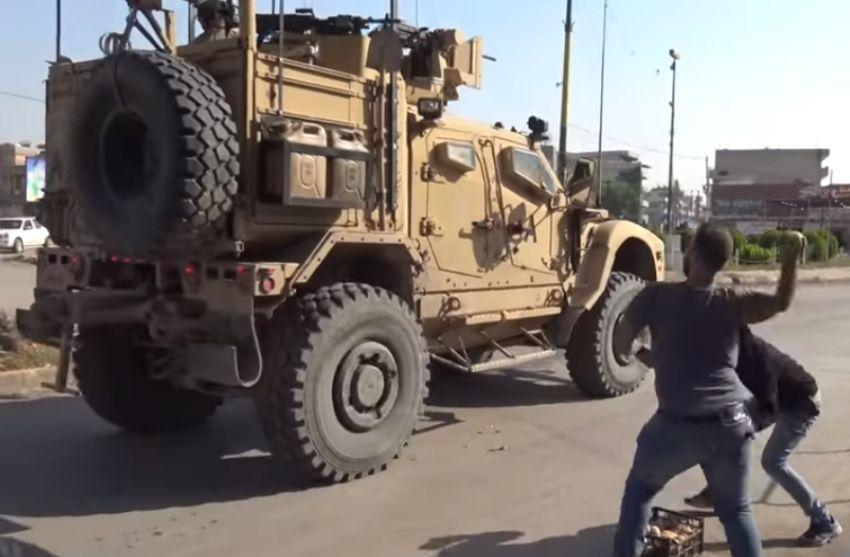 ՏԵՍԱՆՅՈՒԹ. Ինչպես են քրդերը կարտոֆիլներ նետում Սիրիայի տարածքը լքող ԱՄՆ-ի զորքրերի ուղղությամբ