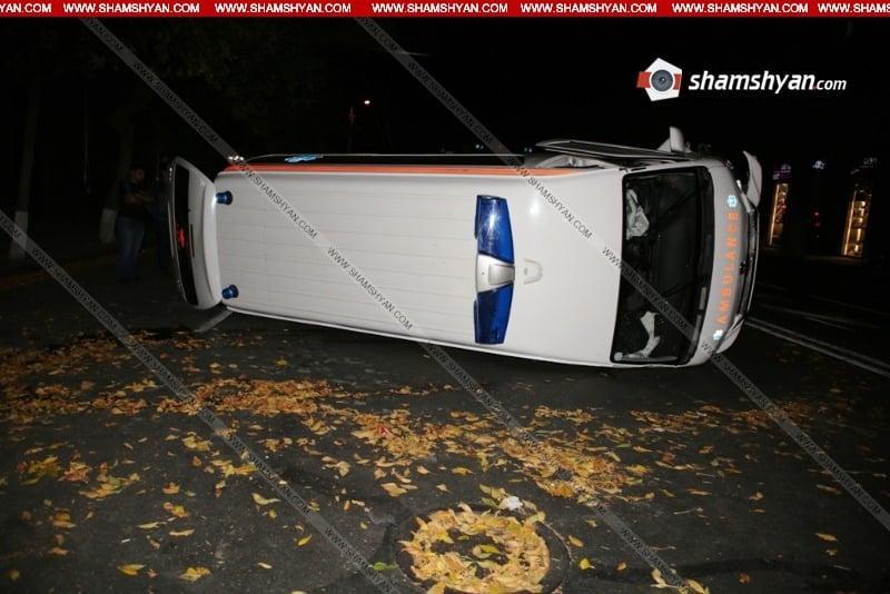 ՖՈՏՈ. խոշոր ավտովթար Երևանում. Շտապօգնության մեքենան կողաշրջվել է