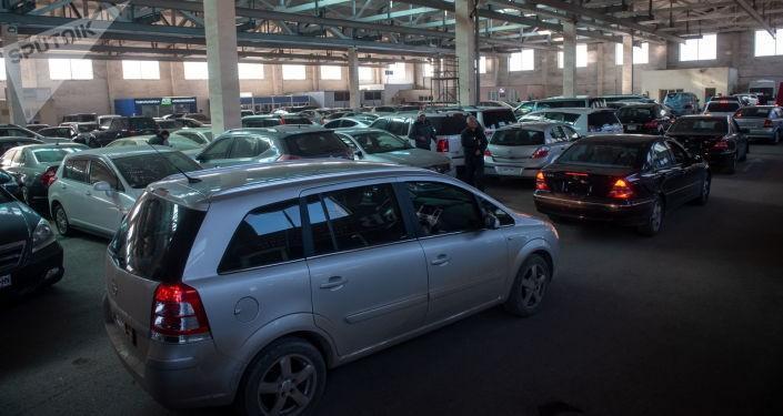 Ճարպիկ գյումրեցիները ավտոմաքսատան մոտ հերթի տեղերը վաճառում են 20 000 դրամով, մեջտեղներում՝ 10 հազարով