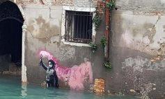 Վենետիկում կիսով չափ ջրի տակ է անցել Բենքսիի՝ փրկարարական բաճկոնով երեխայի գրաֆիտին