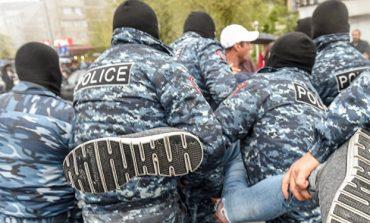 Ոստիկանությունը Չարենցավանում երիտասարդների է «ասֆալտին փռել»