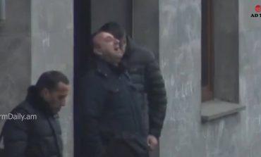 ՏԵՍԱԱՆՅՈՒԹ. Հրայր Թովմասյանը լաց է լինում Կուտոյանի տան շենքի բակում