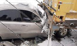 ՖՈՏՈ. Խոշոր ավտովթար Շիրակի մարզում. Mercedes-ը Քեթիի ոլորաններում մխրճվել է բեռնատարի կցորդիչի մեջ. կան վիրավորներ