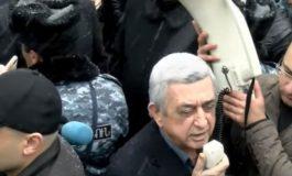 ՏԵՍԱՆՅՈՒԹ. Ի՞նչ կոչով դիմեց Սերժ Սարգսյանը` դատարանի շենքի մոտ հավաքված իր աջակիցներին
