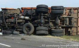 Ջուջևան-Նոյեմբերյան ավտոճանապարհին բեռնատարը կողաշրջվել է