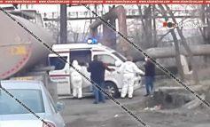 ՏԵՍԱՆՅՈՒԹ. Երևանում շտապօգնության աշխատակիցներն իրանական համարանիշներով բեռնատարից իջեցնում են վարորդին և դիմակ հագցնելով՝ հավանաբար տեղափոխում հիվանդանոց