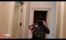 ԲԱՑԱՌԻԿ ՏԵՍԱՆՅՈՒԹ. Ոստիկանները՝ զենքերը պարզած, «Վստրեչի Ապերի» 5 –ամյա թոռան ներկայությամբ խուզարկում են տունը