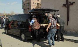 Լուսանկարներ՝ Գյումրիում ծեծի հետևանքով մահացած 43-ամյա կնոջ թաղմանը արարողությունից