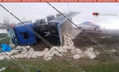 ՖՈՏՈ. Խոշոր ու ողբերգական ավտովթար Գեղարքունիքի մարզում. ցեմենտով բարձված MAN-ը կողաշրջվել է. վարորդի դին ավտոմեքենայից դուրս են բերել փրկարարները