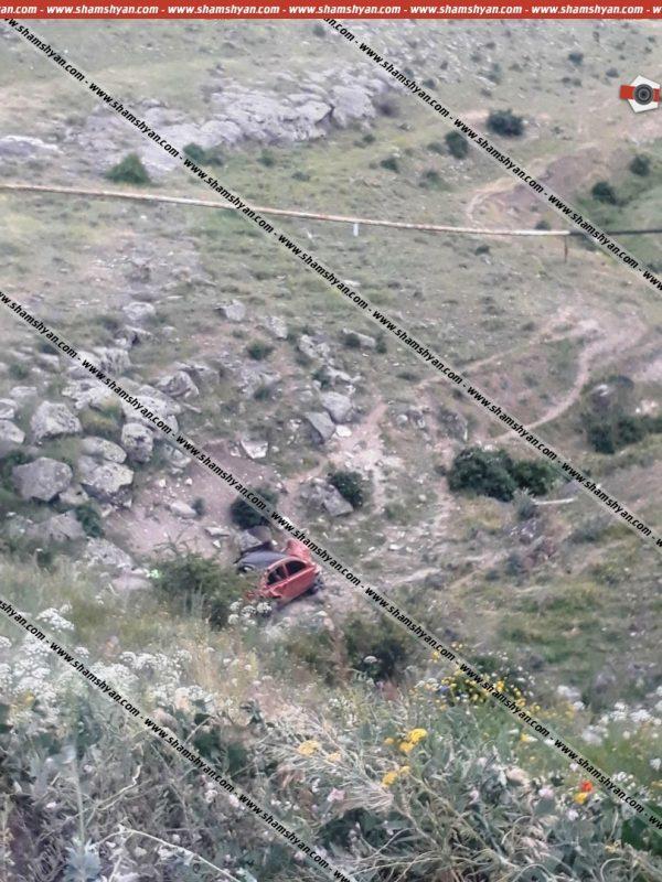 ՖՈՏՈ. Ավտովթար Արագածոտնի մարզում. 31-ամյա վարորդը Nissan March-ով մոտ 40 մետր գլորվելով՝ հայտնվել է ձորակում.  տուժածների թիվում կան երեխաներ