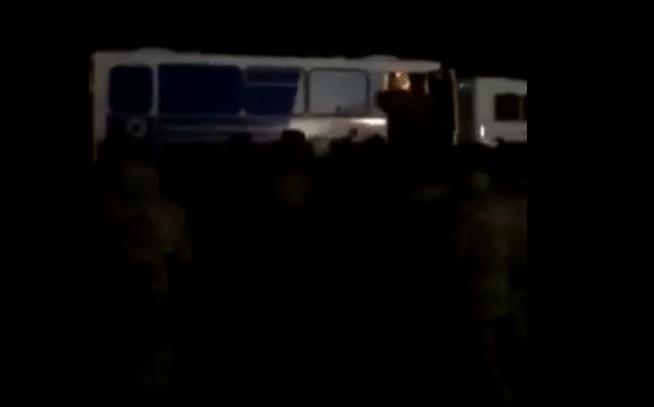 ՏԵՍԱՆՅՈՒԹ․ Արարատի մարզից զինվորներին այս գիշեր փորձել են տանել Արցախ․ զինվորներն  ու ծնողները հարձակվել են ոստիկանների վրա |